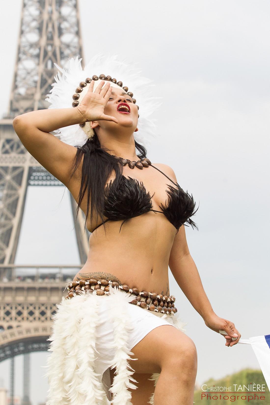 bailarina-Rapa Nui-Paris-tour Eiffel